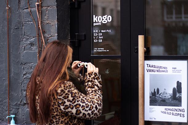 KOGO galerii näitust saab vaadata õuest. Foto: Stelle Mõttus