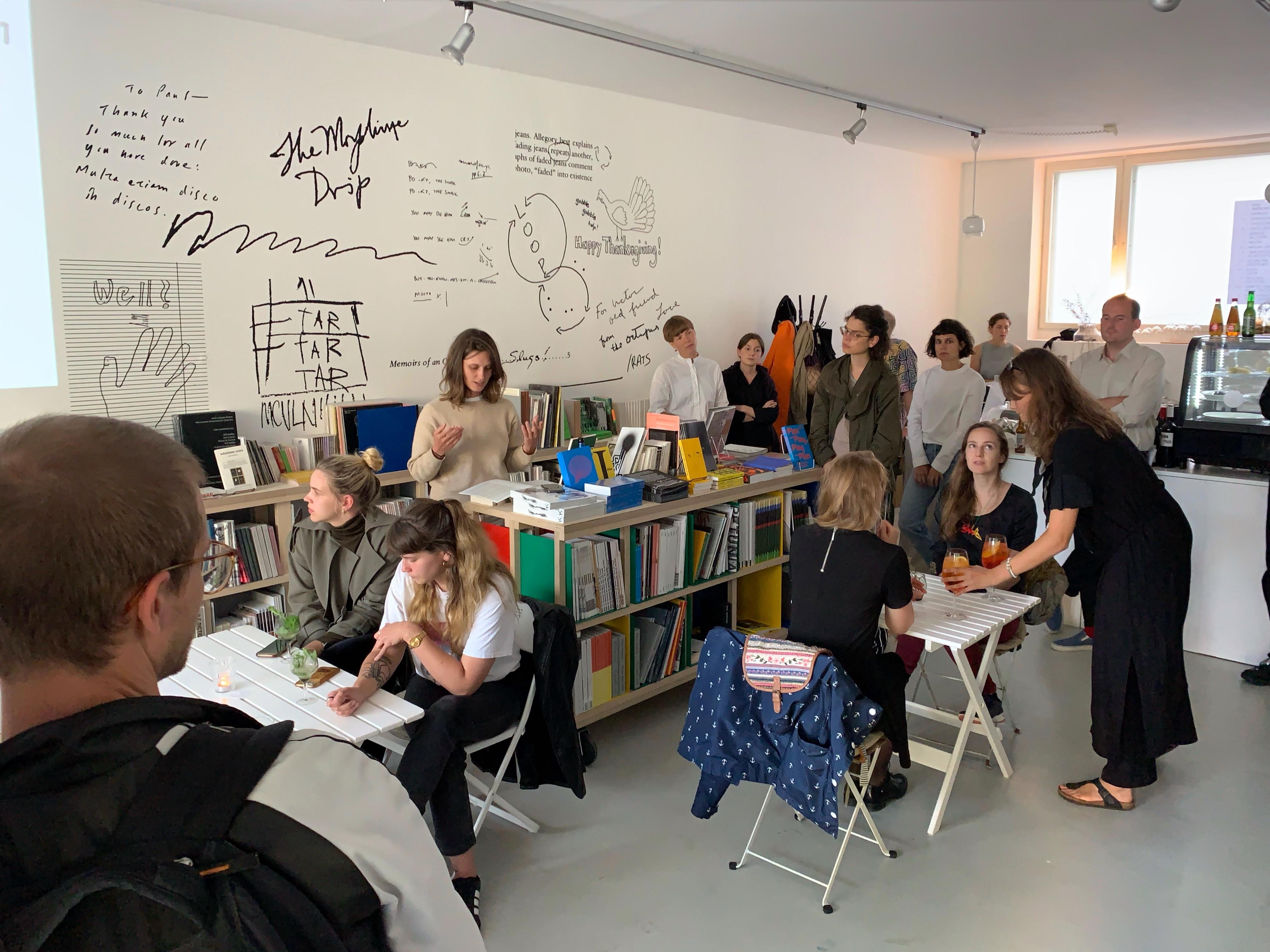 """Kunstverein Amsterdami direktor Yana Foqué esitleb nende uut raamatut """"KV 10 Years"""", juuli 2020."""